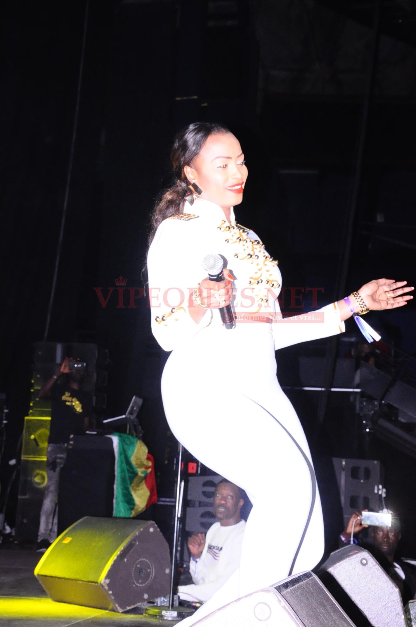 Mbathio Ndiaye ultra s&xy dans tenue au Dômes de Paris