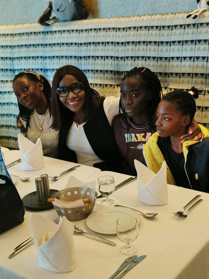 Coumba Gawlo Seck en toute complicité avec ses enfants, dans un restaurant