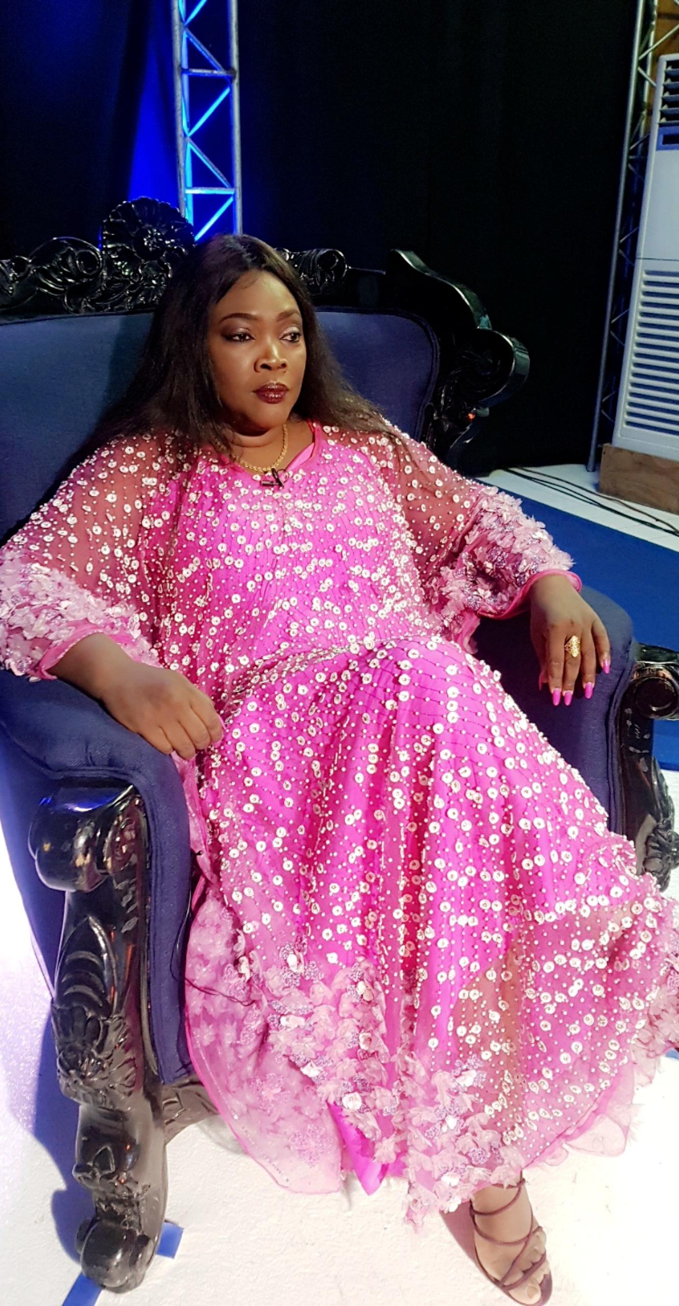 VIDEO: Dans les coulisses de célébrité en ligne avec sans complexe avec Ndella Madior