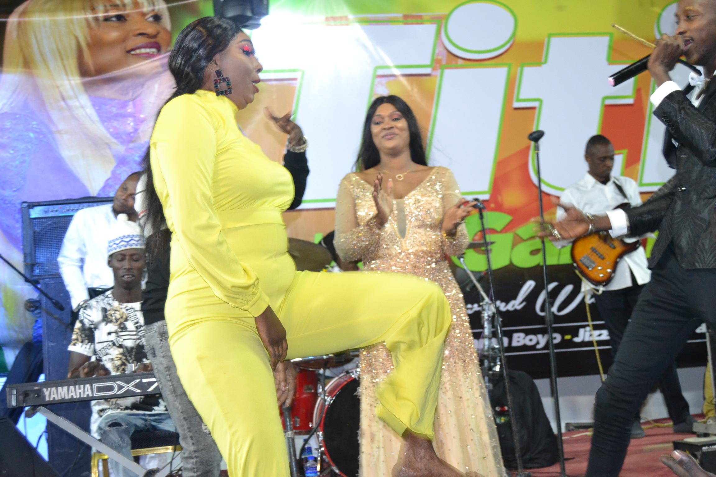 VIDÉO: Show live , le leumbeul d'enfer des gambiennes devant Titi la lionne de la musique. REGARDEZ