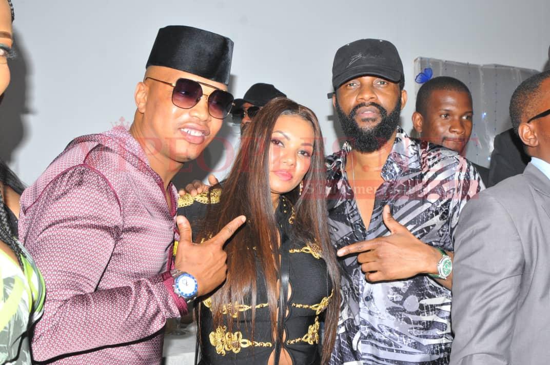El Hadji Diouf et son épouse Valérie en toute complicité avec le chanteur Faly Ipupa au King Fhad Place.