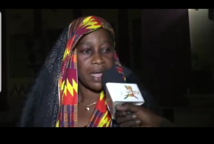 VIDÉO ÉMOUVANTE: Regardez comment les employés de la 2STV et la police ont assisté cette dame en plein couvre-feu.