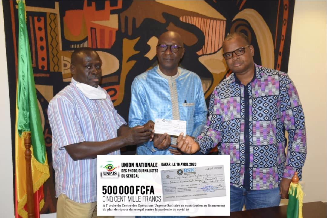 FORCE COVID-19:  L'union Nationale des Photojournalistes du Sénégal remet un chèque de 500 00F CFA
