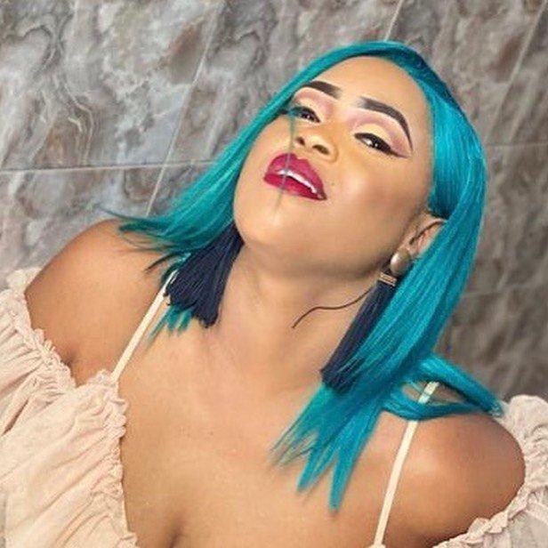 Perruque bleue, décolleté plongeant, Guigui réapparaît avec un nouveau look sexy