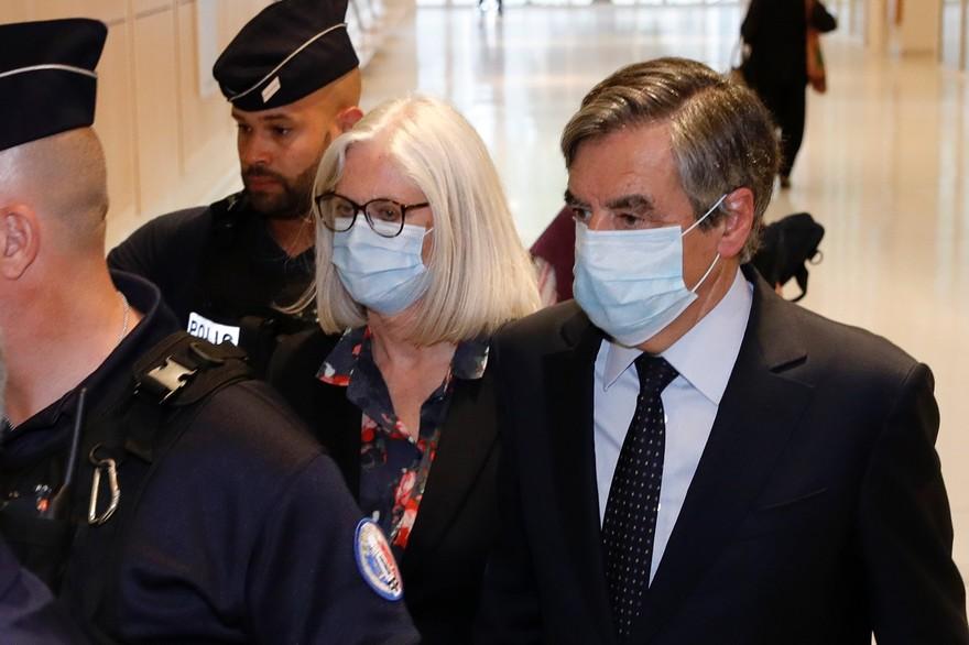 François Fillon et son épouse condamnés pour emplois fictifs au Parlement français.