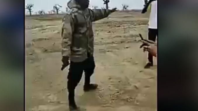 Un homme armé interdit des députés de franchir les terres réservées à Babacar Ngom,voici la vidéo qui choque les sénégalais