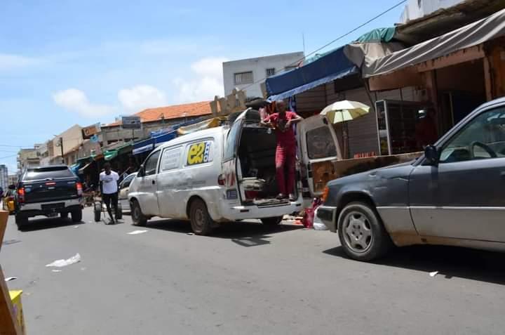 En images les commerçants vident leur cantine à Sandaga comme l'avait annoncé le sous-préfet Djiby Diallo
