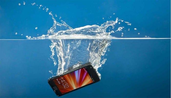 Technologie : voici comment sauver votre smartphone s'il tombe dans l'eau