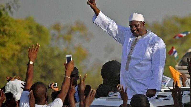 Adama Barrow est-il piqué par le virus du 3e mandat ?