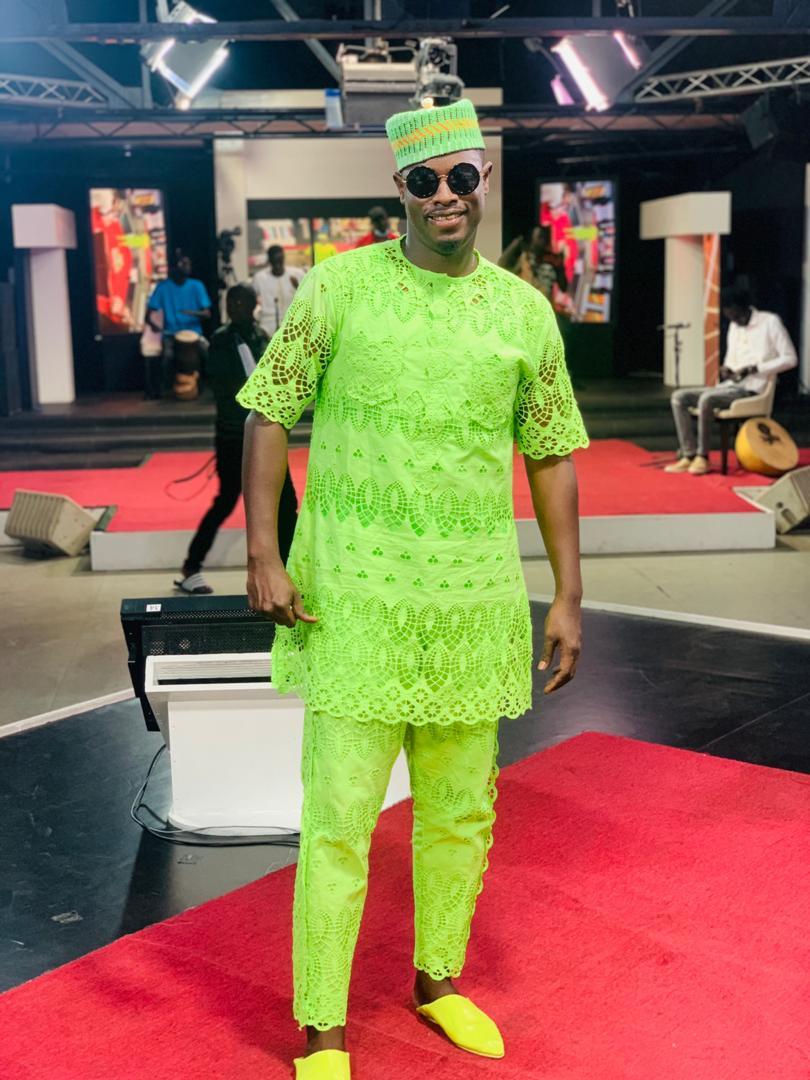 Quand le danseur animateur Pape Ndiaye Thiou ose le vert sur le plateau de la 2stv