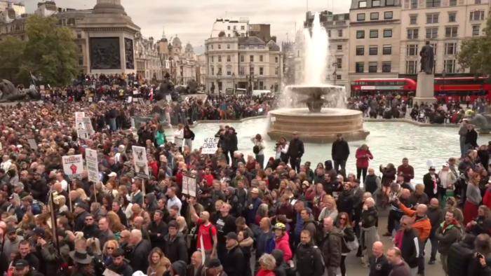 Angleterre : Les sceptiques du coronavirus dans la rue contre les nouvelles mesures imposées