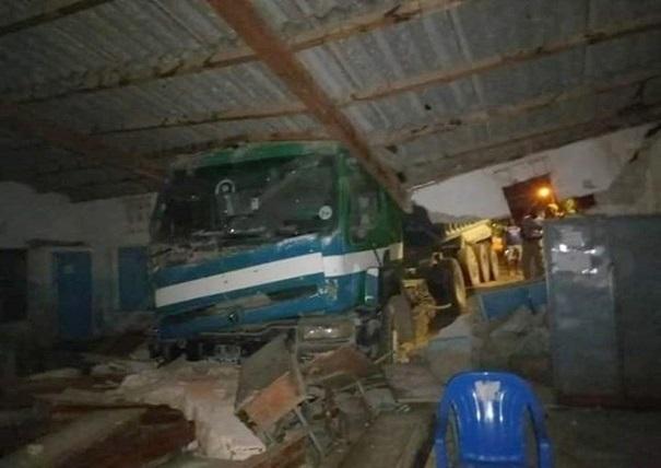 Spectaculaire accident à l'école Colobane 2 Nord De Rufisque : Un camion de ciment finit sa course dans une classe
