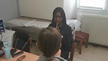 Coumba Gawlo en séance de rééducation pour retrouver sa voix