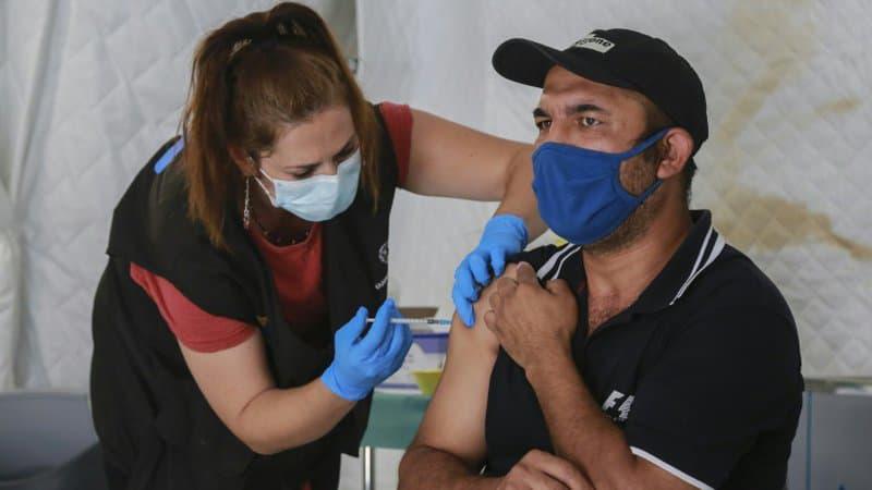 EN DIRECT - Covid-19: plus de 12 millions de Français ont reçu deux injections de vaccin