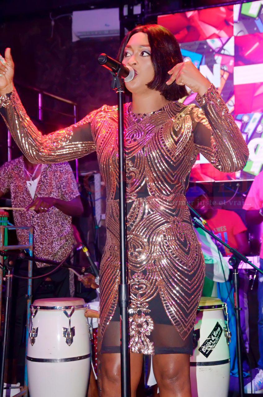 Titi la lionne de la musique signe un come back explosif dans une tenue trés classe au Queens Rte des Almadies. Regardez