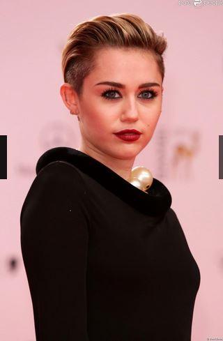 Victoria Beckham décolletée devant une Miley Cyrus surprenante et pudique
