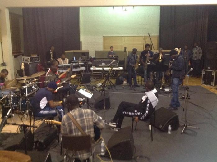 """Scènes: Youssou Ndour ouvre le """"Super Etoile"""" à quatre musiciens camerounais"""