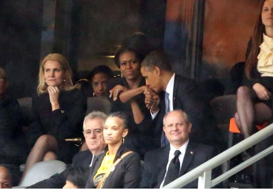 (12) Photos: Michelle Obama jalouse à cause du Premier ministre danois, et remet Barack à sa place en plein hommage à Mandela