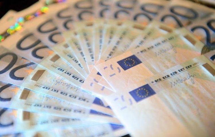 HISTOIRE: Il trouve 10 000 euros dans la rue et les remet à la police