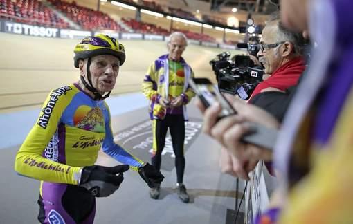 A 102 ans, il bat haut la main son record de l'heure à vélo