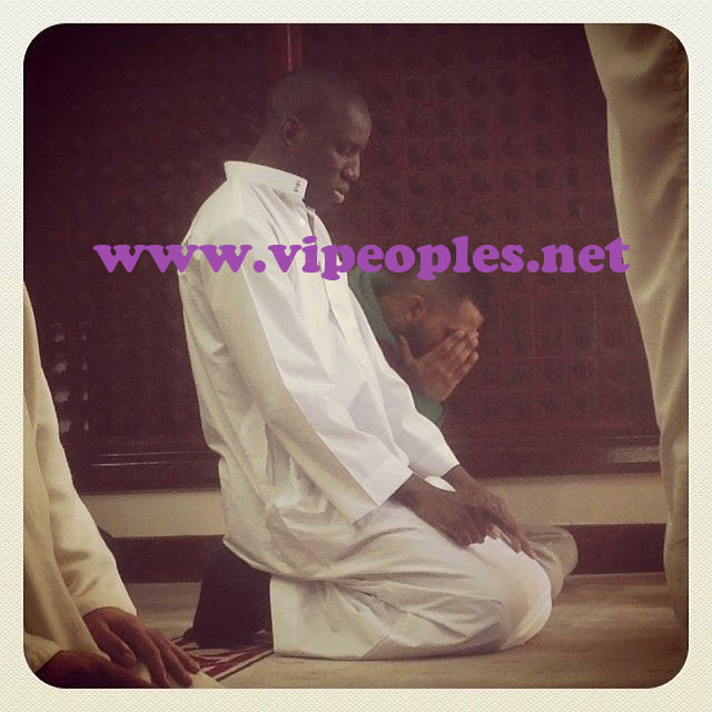 Photo: Demba Ba en mode recueillement