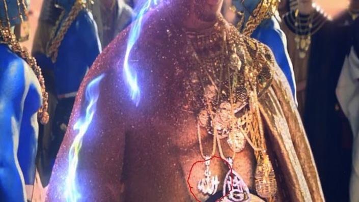 """Le dernier clip de Katy Perry montre la destruction d'un pendentif """"Allah"""