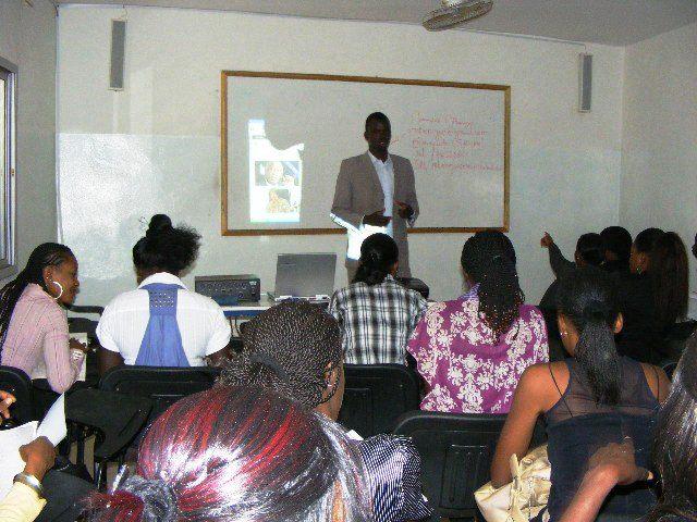 Le professeur Mamadou Mbengue dans sa bagnole, fait tomber les filles !!!