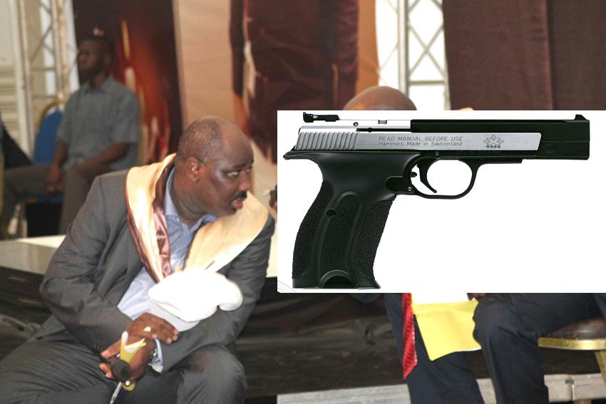 Le griot de Macky sall, Farba Ngom sort son pistolet et tire sur les militants de l' APR