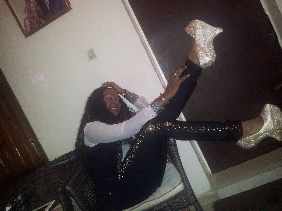 Pour prouver à Nogui Dieng qu'elle n'est pas démodée, la chanteuse Titi exhibe d'autres chaussure Lady Gaga !