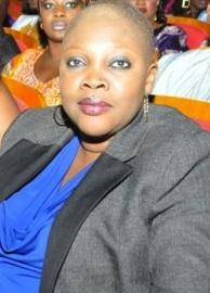 La fille du Professeur Madior Diouf, Ndélla dévoile son crâne rasé lors de la Journée internationale de la femme