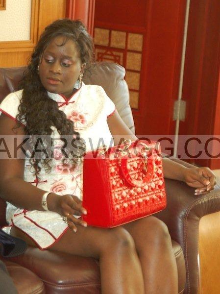 Zoom Photo: L'accoutrement très indécent de la femme de Abdou Mbow