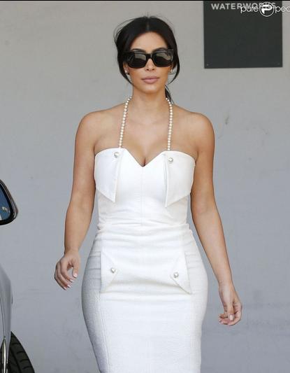 Kim Kardashian : Robe blanche et sourire pour la future mariée à l'honneur