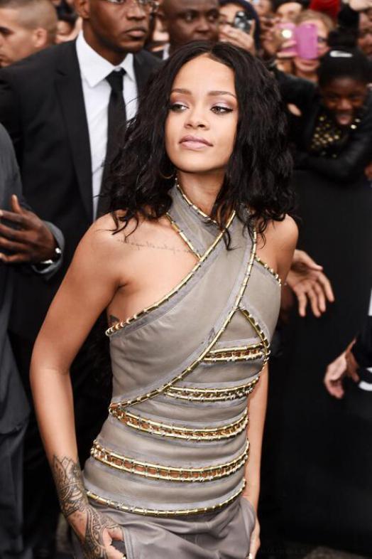 Rihanna à Paris, c'est l'émeute sur les Champs Elysées !