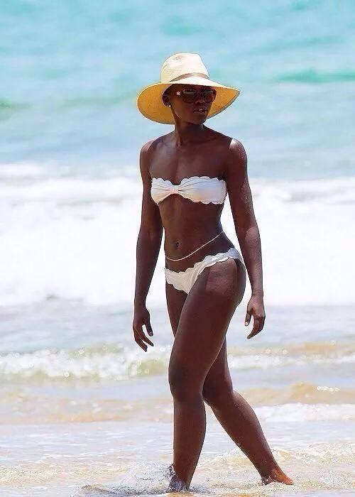 """Zoom Photo: Lupita Nyong'o """"la plus belle femme du monde"""" en bikini"""