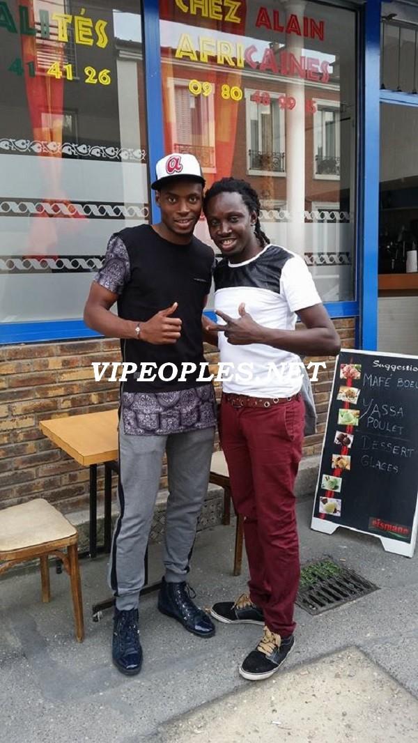 L'international Sénégalais Diafara Sakho en compagnie du gérant de Chez Alain