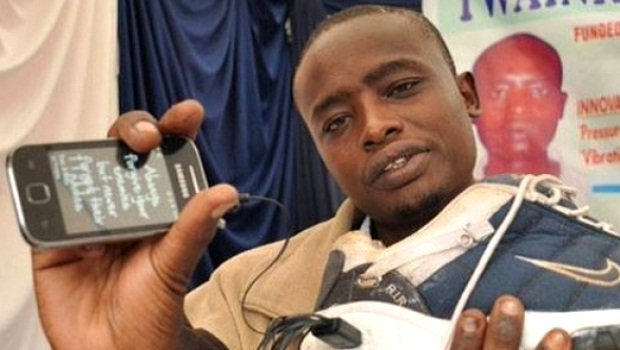 Photos: un africain invente des chaussures qui rechargent les téléphones portables. Regardez