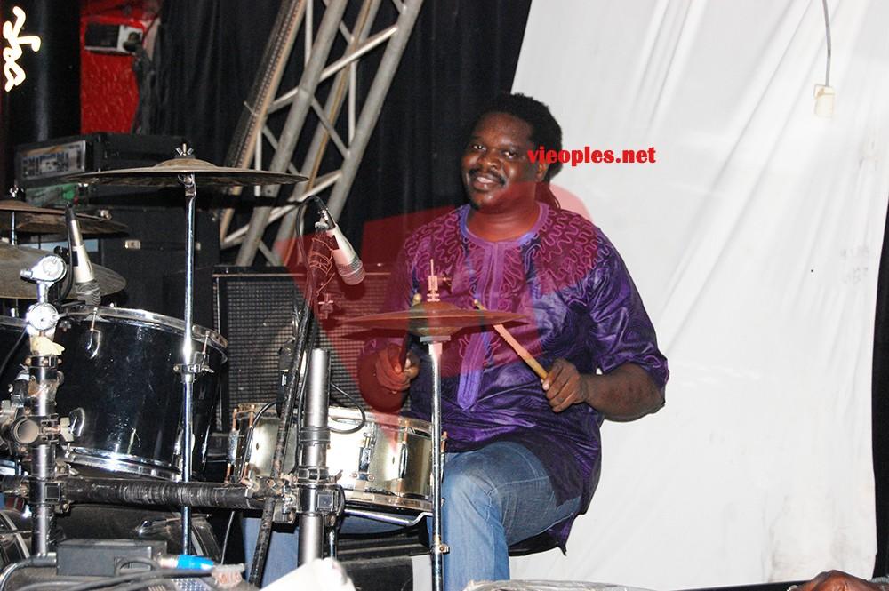 Anniversaire Jolof Band en Gambie : Viviane en plein dans la répétition