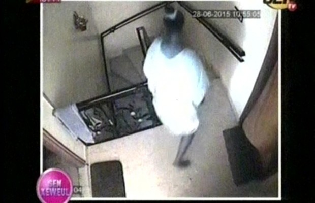 Vidéo-Caméra cachée: une jeune femme entre dans une maison à Sacré Coeur 3 et vole des portables