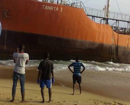 """Libéria : Un pétrolier """"fantôme"""" à destination de Dakar s'échoue sur la côte..."""