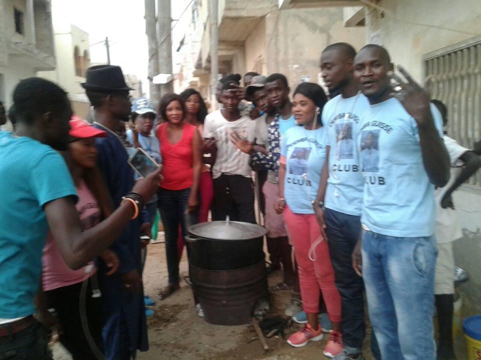 """Bien fait du ramadan, le chanteur Demba Guissé et son fans club distribue des """"Ndogous"""" aux Parcelles Assainies."""