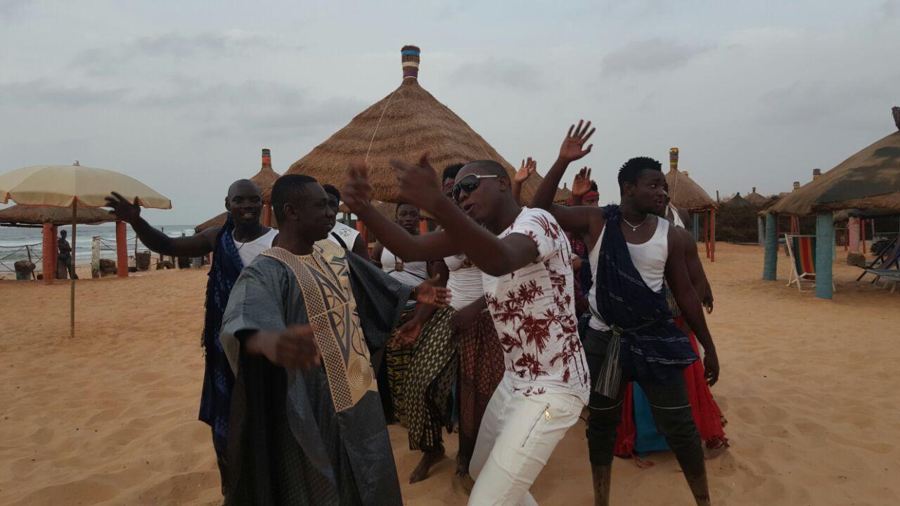 Exclusivité les premiėres images du tournage de la nouvelle vidéo du single Bada Doutt Bada de Pape Diouf. Regardez
