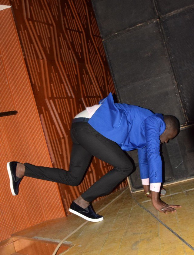 Omaro évite de peu la chute à la soirée Gouddi Sargal Cheikh Bethio !