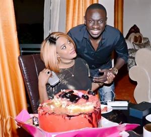 Revivez l'intégralité de la soirée d'anniversaire de la douce moitié du chanteur Pape Diouf chante joyeux anniversaire à Bébé Basse Diouf au Duplexe;