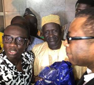 Regardez comment Pape Diouf accueille son idole Youssou Ndour à l'aéroport.