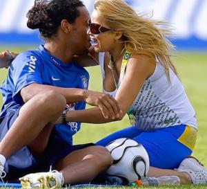 Ronaldinho va se marier avec deux femmes, le Brésil interdit la ….