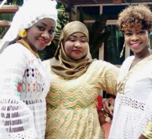 L'animatrice de TFM, Alphie Ba Niatam et Mariane en tenue traditionnelle