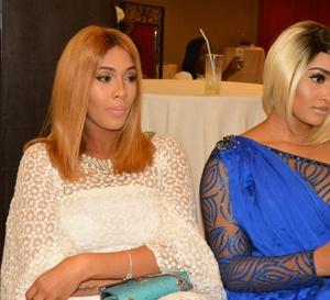 Adja Diallo toute ravissante aprés son accouchement, en compagnie de ses sœurs