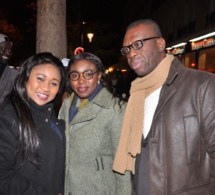 Soda Boussou entourée de Mame Ndiaye l'épouse de Mbaye Dieye et Mory Thoune pour le concert de Bataclan