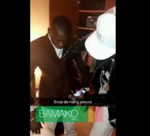 Vidéo : Quand Wally Seck habille Sidiki Diabaté au Mali …Regardez