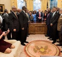 """La conseillère de Donald Trump, Kellyanne Conway, se fait incendier pour son """"manque de respect"""" sur cette photo"""